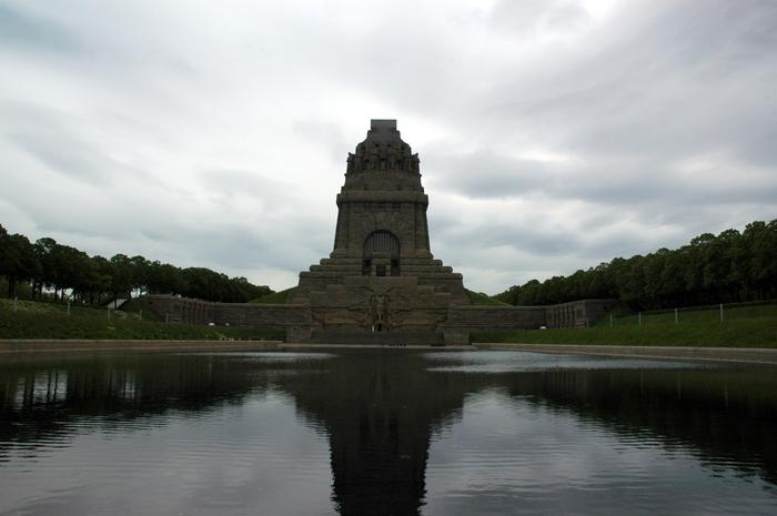 «Озеро слез, пролитых о павших солдатах» перед памятником Битве народов под Лейпцигом