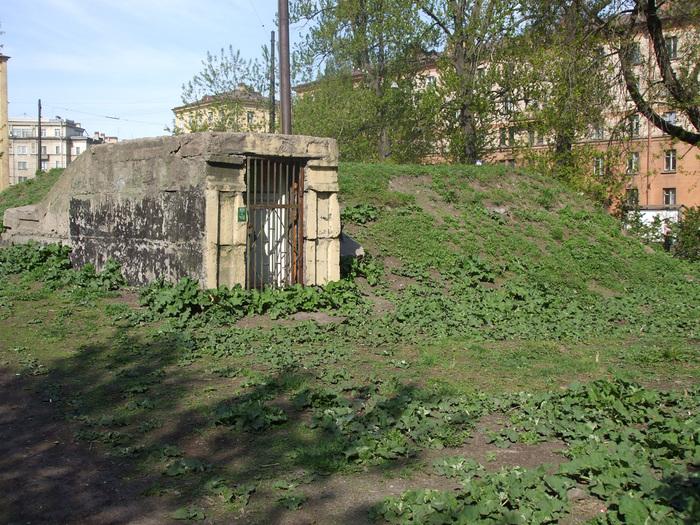 Вход в заброшенное бомбоубежище