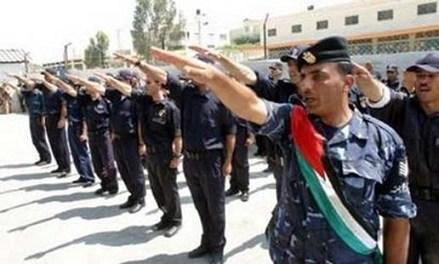 Le salut hitlérien de la police palestinienne (Autorité Palestinienne) en Cisjordanie