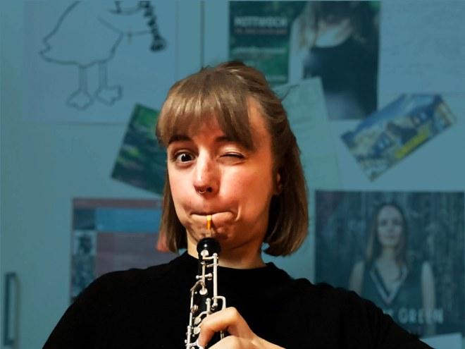 Miriam Hanika macht ein angestrengtes Gesicht beim Oboe spielen