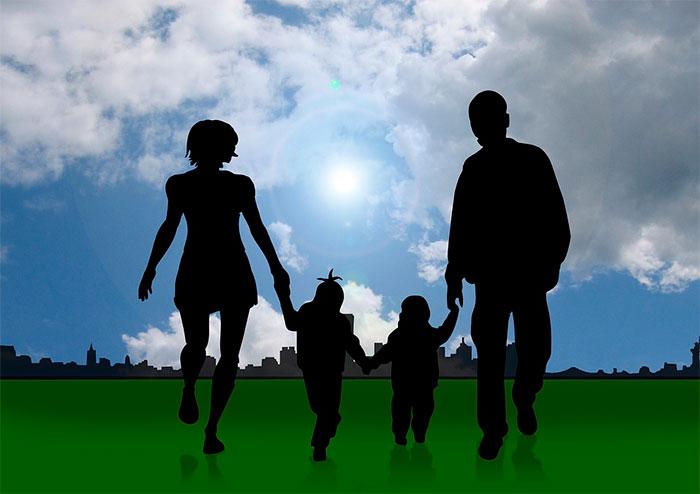 Adotar criança, família, pai e mãe. Imagem: Pixabay / geralt