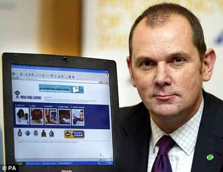 Risco: O chefe do Centro de Proteção Online de Exploração de Crianças Jim Gamble,criticou o Facebook e MySpace por não adotar o botão de pânico (Foto: http://www.dailymail.co.uk/news/article-1228846/Bebo-installs-paedophile-panic-button-police-warn-Facebook-MySpace-failing-protect-children.html)