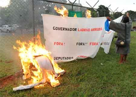 Índio protesta contra Arruda e os corruptos de Brasília