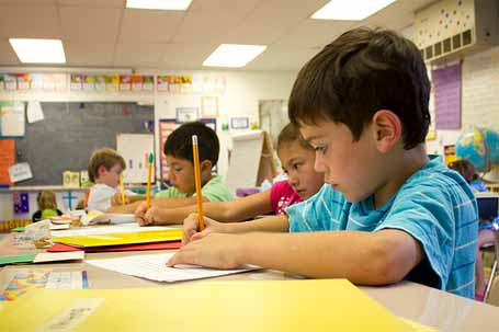 Resultado de imagem para criança escrevendo