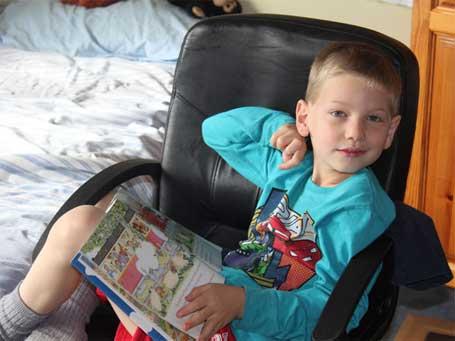 criança com raro derrame cerebral (Foto: HemiHelp / Arquivo pessoal)