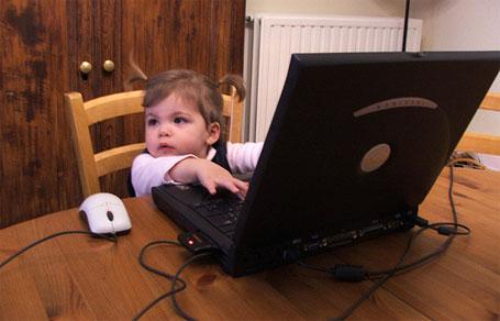 Foto de criança redes sociais na internet