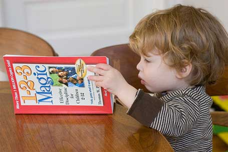 Foto de uma pequena criança lendo