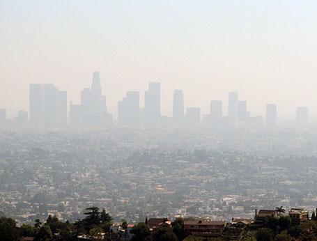Ilustração de uma cidade coberta pela poluição do ar