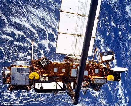 foto do satélite UARS sobre a terra