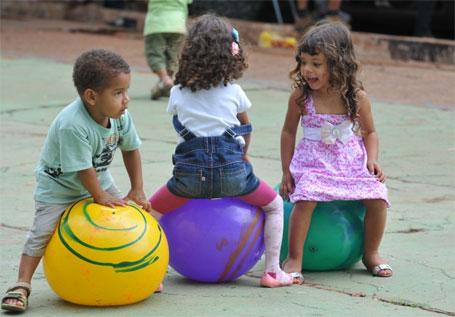 Foto meninos se divertindo no dia das crianças
