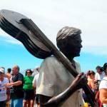 Fotos da estátua de Tom Jobim na Praia de Ipanema - 1