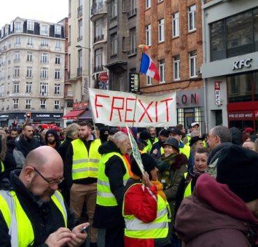 Banderole pour le FREXIT au sein du cortège gilets jaunes à Lille.