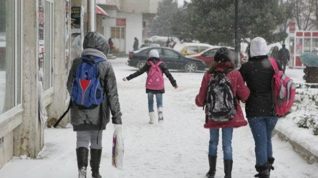 elevi scoala strada iarna