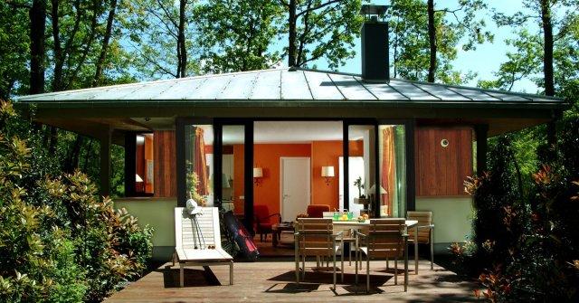exterieur-cottage-style-premier-bois-francs_droit-center-parcs_Vienne_ La-Mode-C-Nous_LMCN