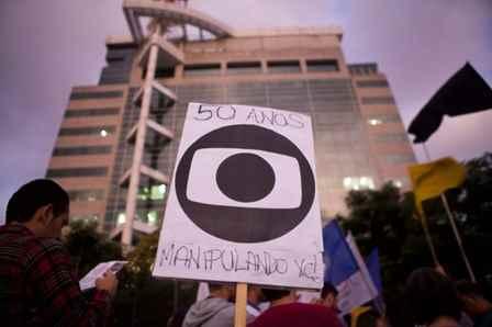 16-04-23-Globo-50-Anos-Enganando-Protesto