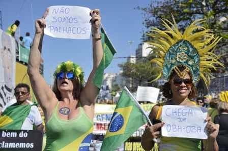 Rio de Janeiro - Manifestantes fazem ato a favor do impeachment da presidenta afastada Dilma Rousseff, contra a corrupção e em apoio à operação Lava Jato, na praia de Copacabana (Tânia Rêgo/Agência Brasil)