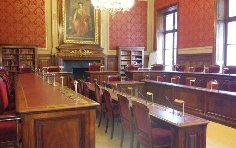 Salle d'audience avec intégration du système de conférence sur mesure