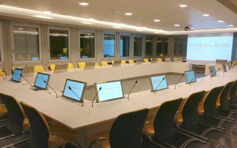 Salle du conseil d'administration avec système de conférence et écrans escamotables