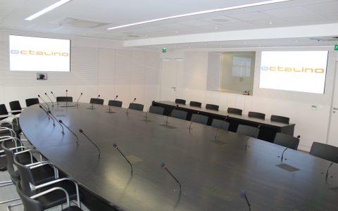 Salle du conseil d'administration avec système de conférence et visioconférence