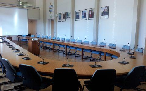 Salle du conseil municipal avec système de conférence