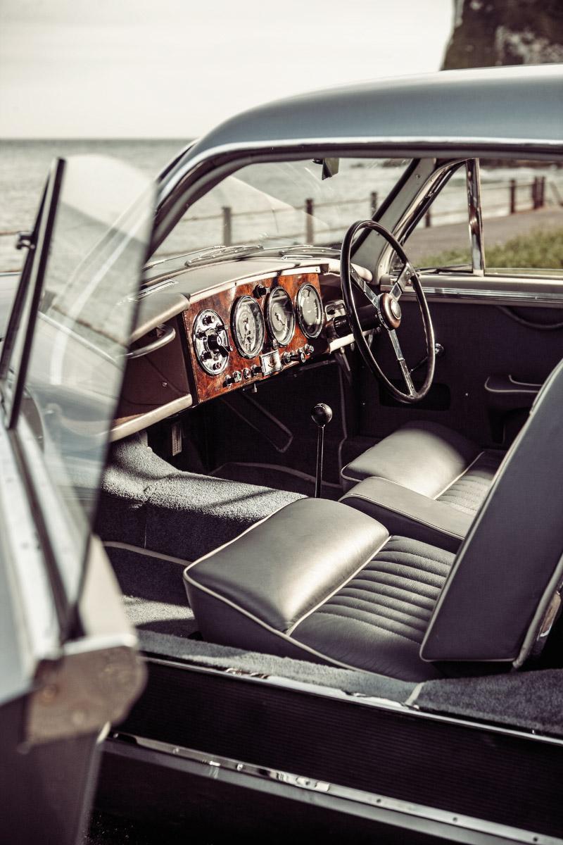 Cockpit des Aston Martin DB2/4