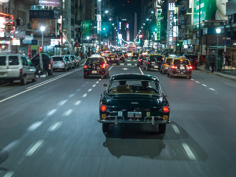 DKW Fissore fahrend bei Nacht in Buenos Aires