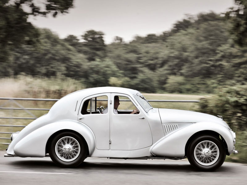 Aston Martin Atom fahrend
