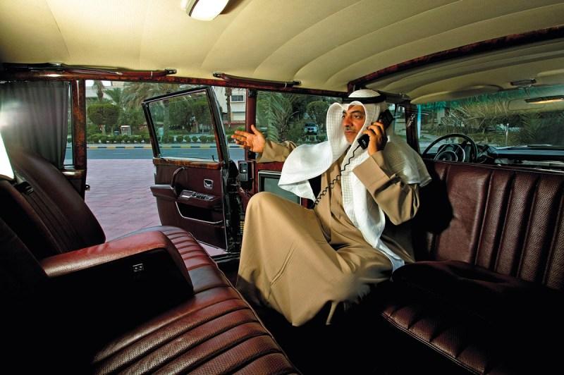 Blick in den Innenraum des Mercedes-Benz 600 Pullman mit Fahrgast