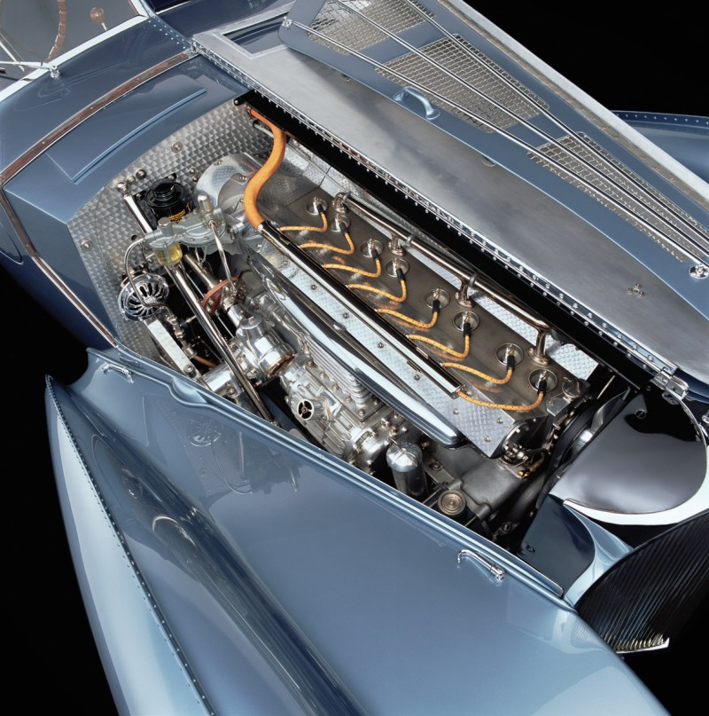Blick auf den Motor des Bugatti 57 Atlantic