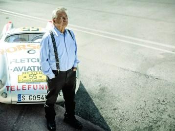 Hans Herrmann vor seinem Renn-Porsche