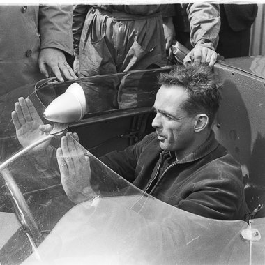 Phil Hill in seinem Ferrari