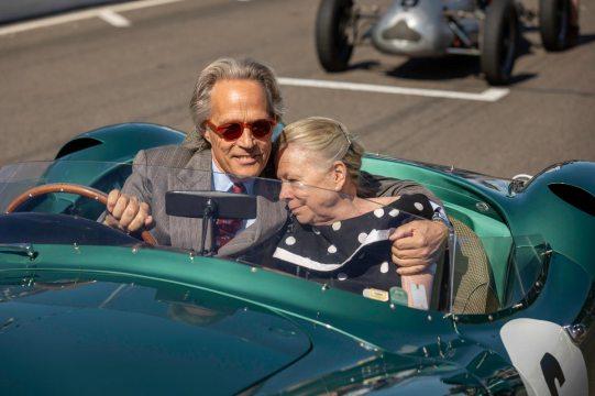 Der Duke of Richmond mit der Gattin von Stirling Moss auf einer Demorunde im Aston Martin DBS