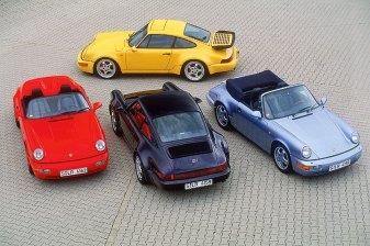 Vier Porsche 911 aus der Vogelperspektive