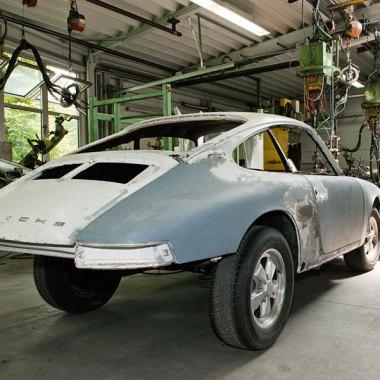 Arbeit im Porsche Classic Center an einer 911er Karosserie