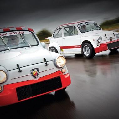 Zwei Fiat 600 Abarth auf regennasser Fahrbahn
