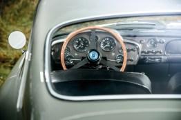 Blick durch die Heckscheibe des Aston Martin DB4 GT auf das Cockpit
