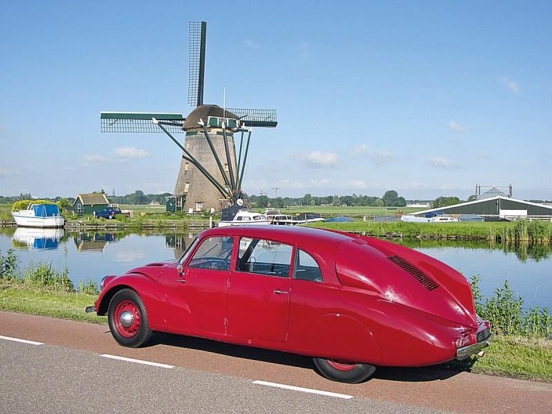 Tatra T87 parkend vor Windmühle in Holland