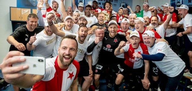 foto A týmu z kabiny, slavící zisk titulu