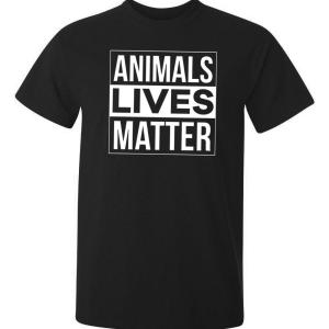 tryck på t-shirt med text animals lives matter på två olika färger, svart och flaskgrön