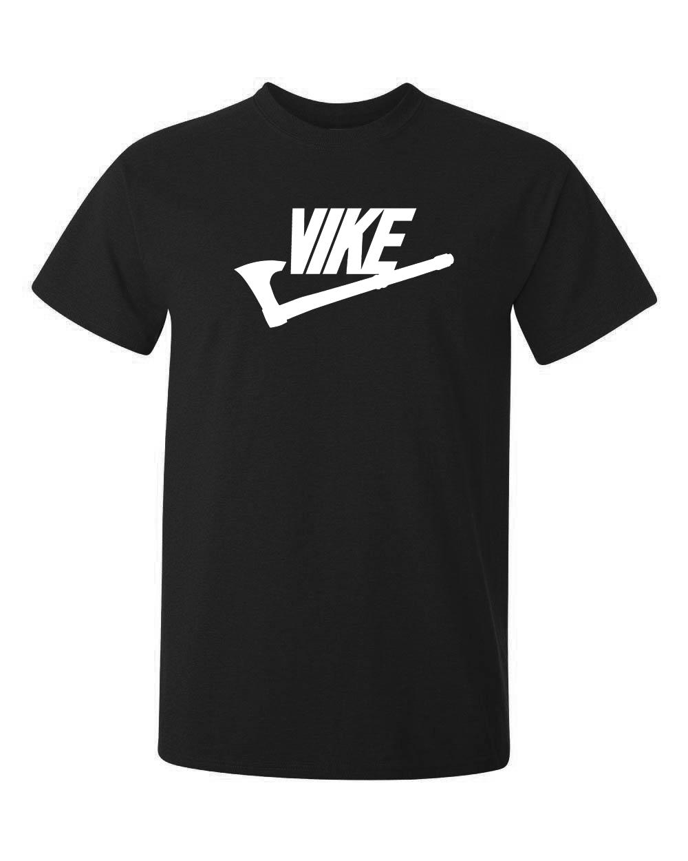 kända märket Nike i en kombination med viking blir coolare och tuffare alltså Vike, tryckt på svart t-shirt