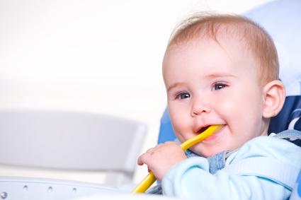 Kdy a jak začít s příkrmy u kojence?