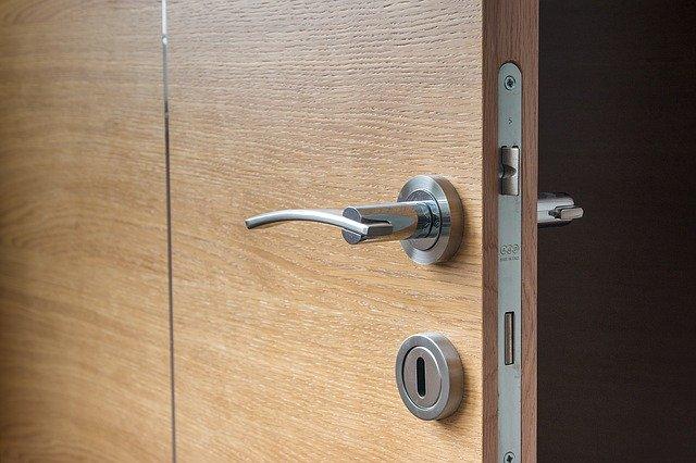 dveře s kováním a zámkem