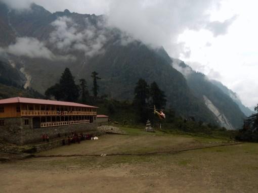 Odlot helikoptera z klasztoru