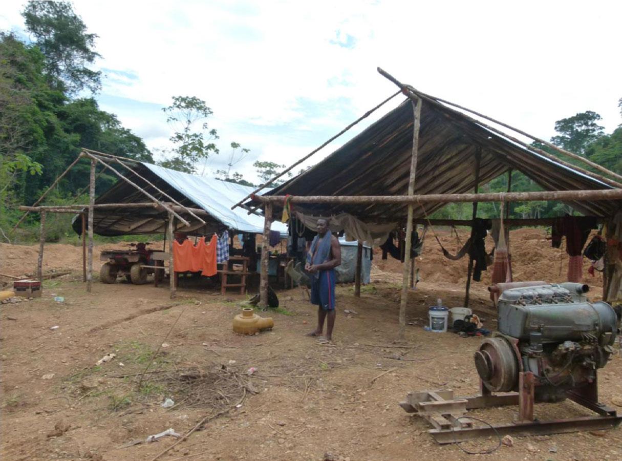 Acampamento de garimpeiros brasileiros e surinameses. Na esquerda fica a cozinha e à direita a área de dormir.