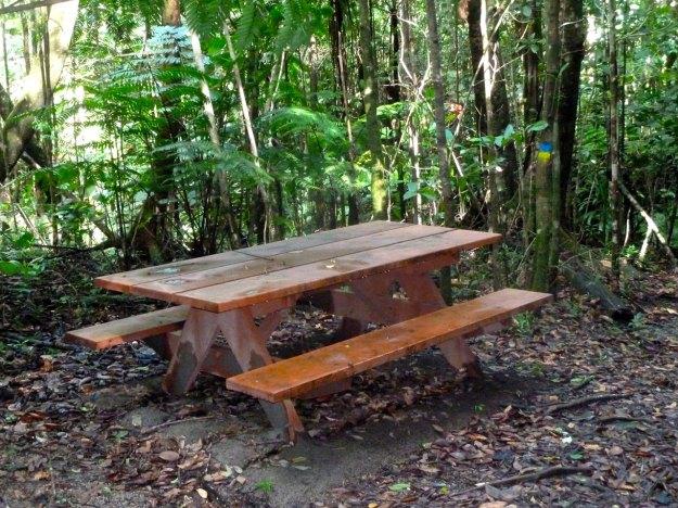 a-cada-10-km-da-trilha-ha-uma-mesa-com-bancos