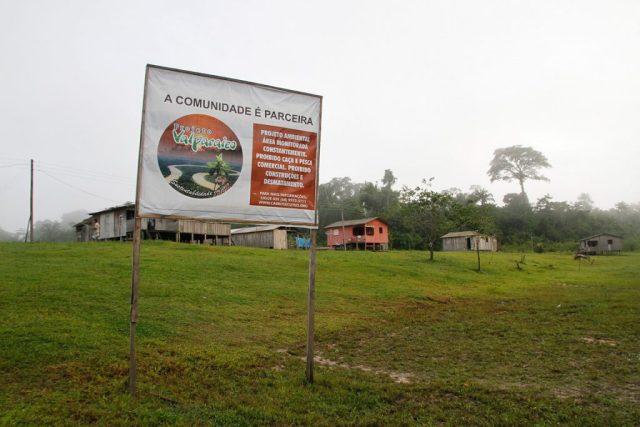 Placa sobre restrições em comunidade impactada por projeto de carbono no Acre. Foto: Verena Glass
