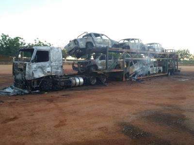 Cegonha com 8 caminhonetes do Ibama foram queimadas em Cachoeira da Serra, no Pará. Foto: Divulgação.