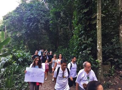 A manifestação percorreu o Parque Lage com cartazes e camisetas que pediam paz na trilha. Foto: Adriano Melo.