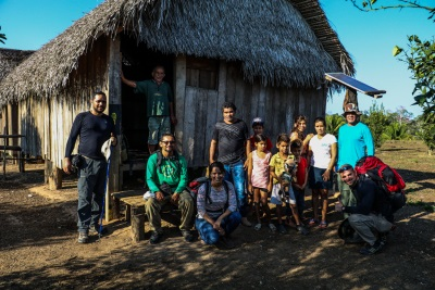 Grupo reunido na casa do Seu Lacerda. Foto: Duda Menegassi.