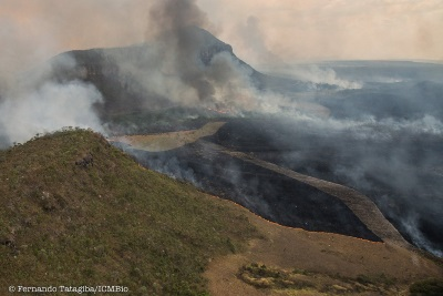 Incêndio em Veadeiros visto de cima. Foto Fernando Tatagiba.